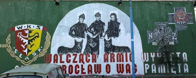 Ein Mural in Breslau, auf dem Anhänger des für seine rechten Hooligans bekannten Fußballvereins Śląsk Wrocław der Verstoßenen Soldaten gedenken.